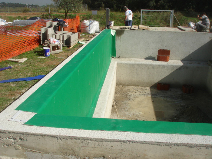 Construcci n piscina natural aragrup for Materiales de construccion piscinas